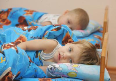 Почему ребенок не спит в садике и что делать, чтобы угомонить малыша?