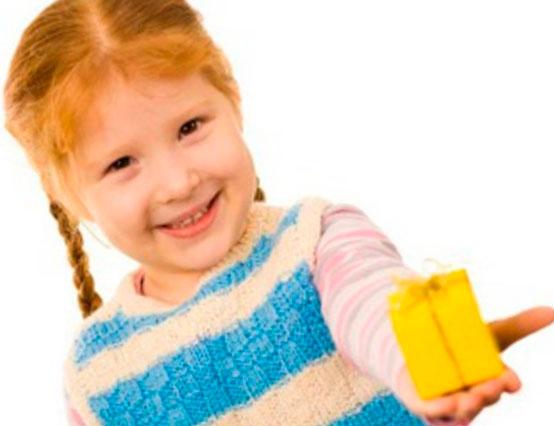 ребенок отдает игрушки