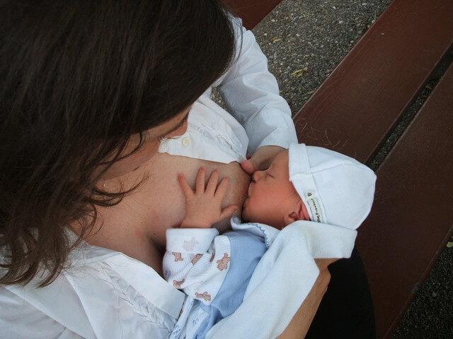 Чем чаще вы прикладываете малыша к груди, тем больше молока у вас будет прибывать