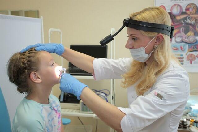 Осмотр аденоидов можно производить через нос